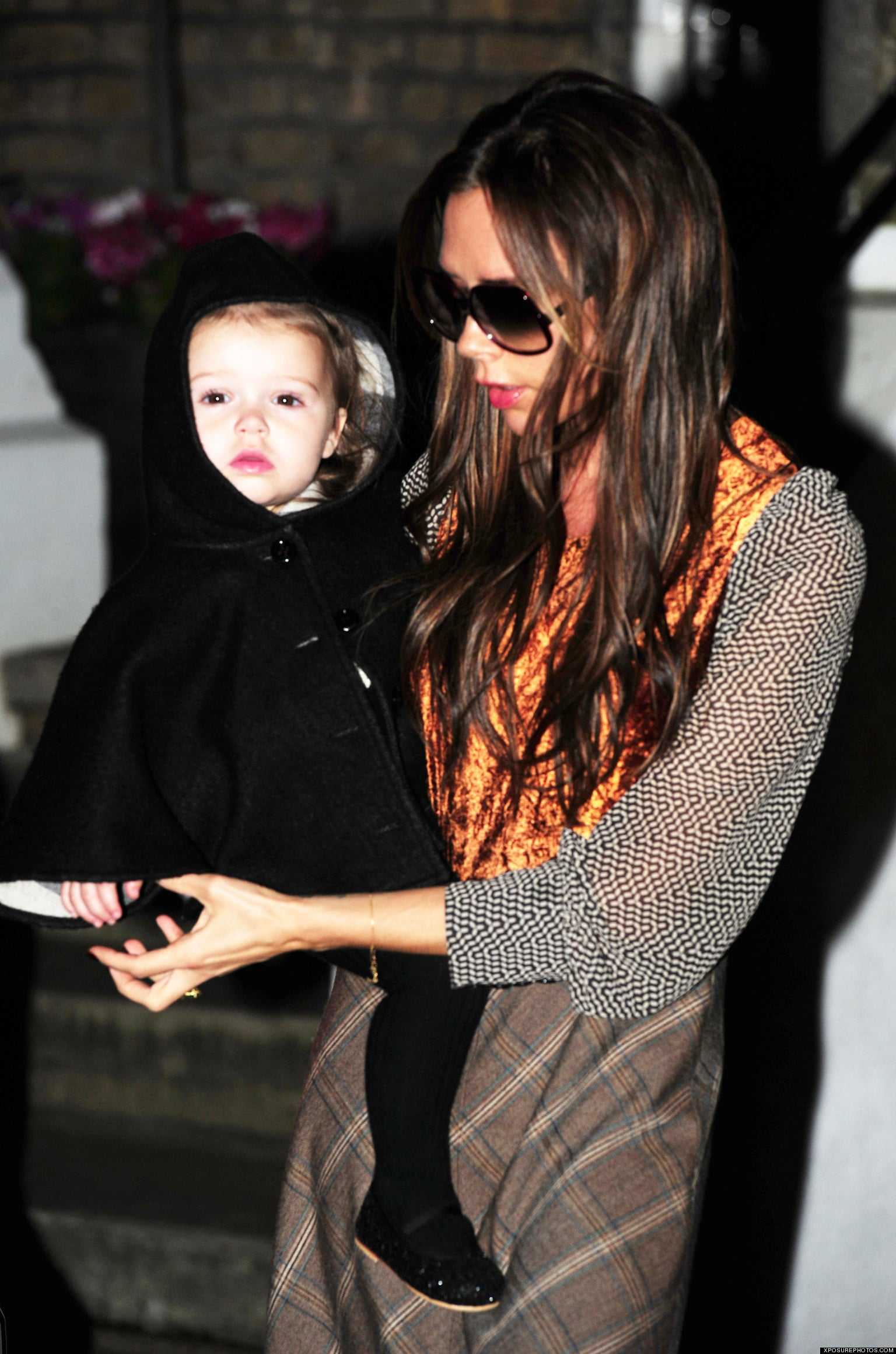 22 November 2012 - LONDON - UK AFTER A 12 HOUR FLIGHT VICTORIA BECKHAM AND KIDS GO STRAIGHT TO GOOD FRIENDS THE RAMSAYS FOR THANKSGIVING DINNER. NO SIGN OF DAVID THOUGH, WHO HAD ALSO TRAVELLED ON THE FLIGHT WITH THEM. BYLINE MUST READ : XPOSUREPHOTOS.COM ***UK CLIENTS - PICTURES CONTAINING CHILDREN PLEASE PIXELATE FACE PRIOR TO PUBLICATION *** **UK AND USA CLIENTS MUST CALL PRIOR TO TV OR ONLINE USAGE PLEASE TELEPHONE  44 (0) 208 370 0291 or 1 310 600 4723